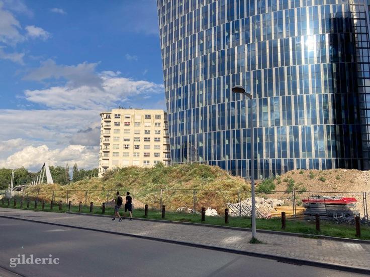 balade au pied de la Tour des Finances à Liège