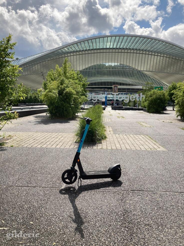 Trottinette devant la gare de Liège-Guillemins