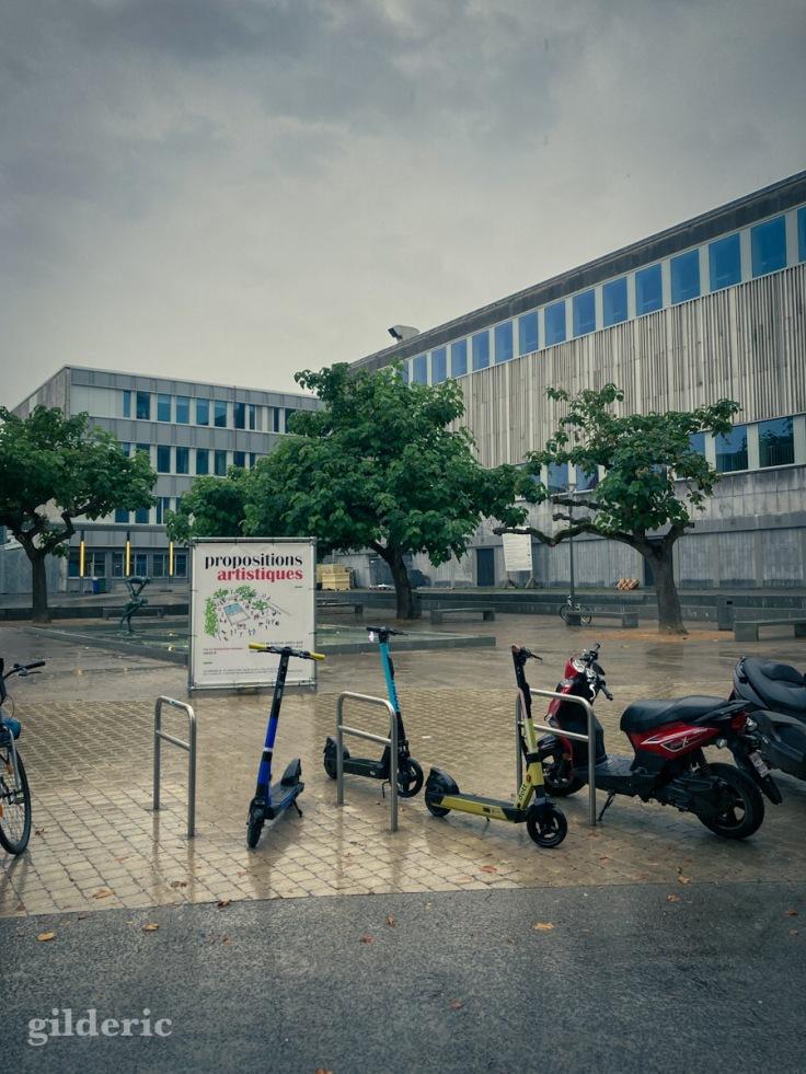 Trotinettes et scooters sous la pluie, à Liège